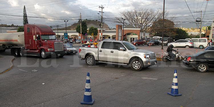 Las enormes hileras de vehículos comienzan a formarse a inmediaciones de la colonia Loarque.