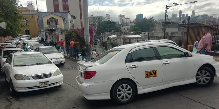 Taxistas inician protestas en varios puntos de la capital (Vídeo)