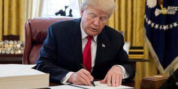 Trump firma el   paquete de ayuda económica.
