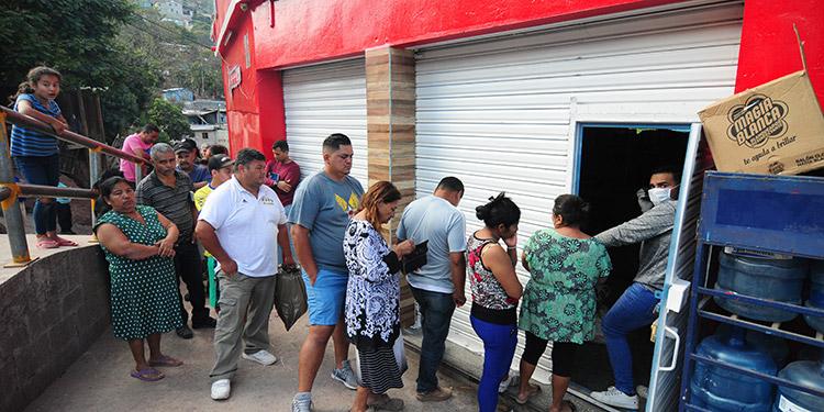Los capitalinos hacían ayer largas filas para poder comprar productos de consumo para el hogar.