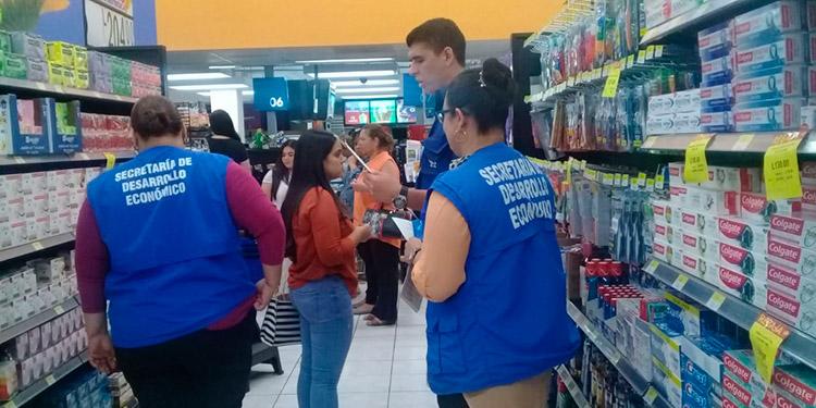 En los principales centros comerciales del país autoridades del gobierno realizan visitas sorpresa para monitorear el precio establecido para los antibacteriales.