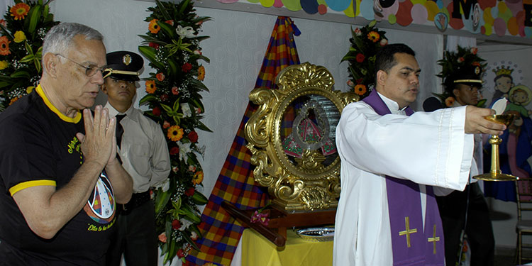 En la institución Casa Sales de la capital oficiaron una solemne misa en honor a la virgen peregrina de Suyapa, con ella presente.