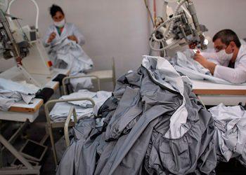 De hacer chaquetas para Armani a producir uniformes contra el coronavirus