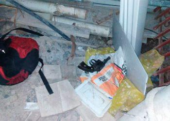 En la escena del hecho las autoridades policiales encontraron un revólver y una mochila.