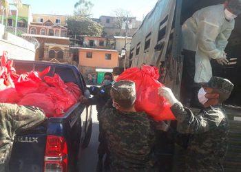 """Ayer fueron entregadas un total de 7,350 Sacos Solidarios, distribuidos simultáneamente en las colonias """"3 de Mayo"""", Villanueva y séptima avenida de Comayagüela."""