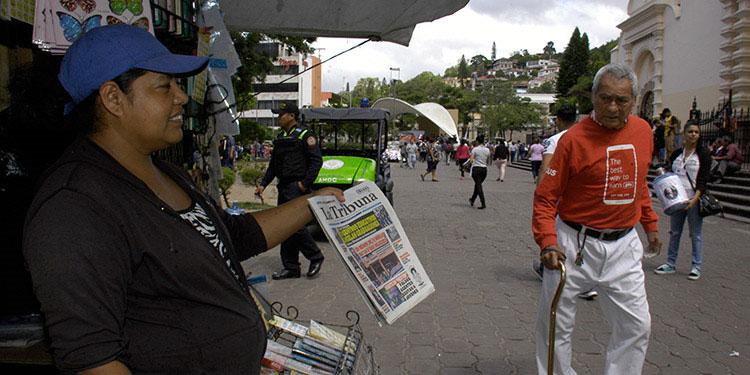 Para el papel de periódico, que es mucho más poroso que el cartón, la viabilidad del virus es probablemente aún más corta.