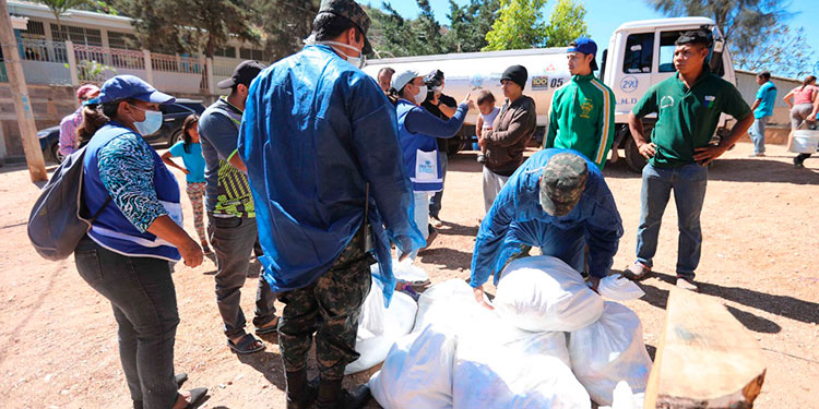 En Los Pinos entregaron ayer 2,484 sacos de alimentos, indicaron las autoridades de la Fusina.