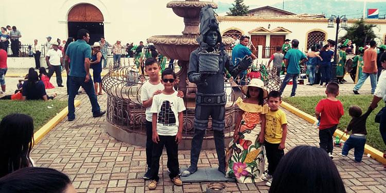 Disfrutan. En diferentes partes del país los niños disfrutan viendo las estatuas humanas.