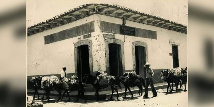 1   Mulas cargadas pasando por la esquina de Chinda Díaz.