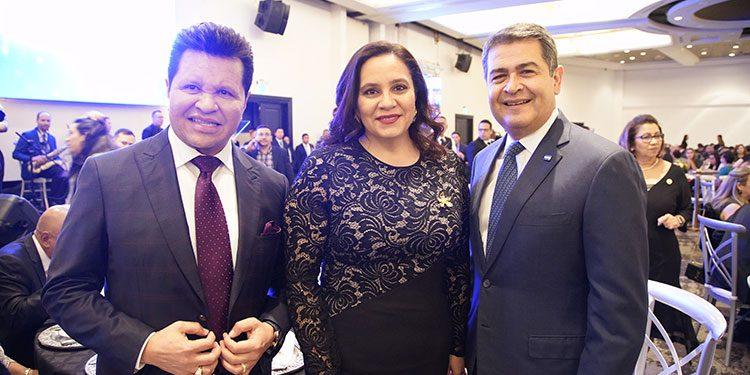 El pastor Guillermo Maldonado, la Primera Dama, Ana de Hernández y  el Presidente Juan Orlando Hernández.