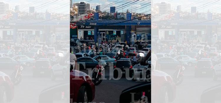 Abarrotadas gasolineras tras anuncio del gobierno de abastecerse por crisis de coronavirus
