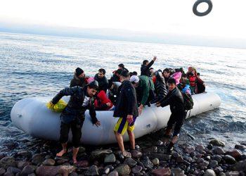 Muere un niño mientras miles intentan cruzar frontera griega