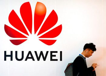 Trump promulga ley para sustituir equipos de Huawei