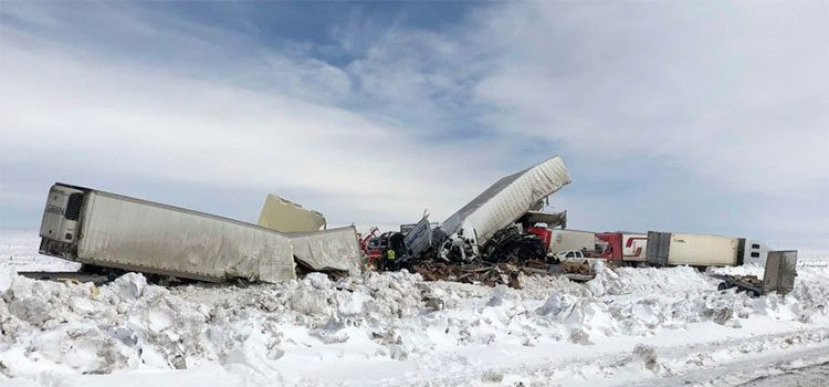 Choque de más de 100 vehículos deja tres muertos