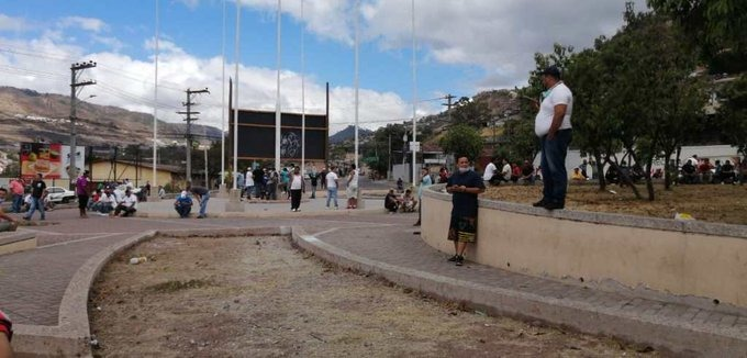 Transportistas protestan exigiendo comida y un bono
