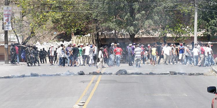 Los choferes y ayudantes de buses y taxis se manifestaron para pedir apoyo de 3 mil lempiras, por no poder trabajar debido a la cuarentena.