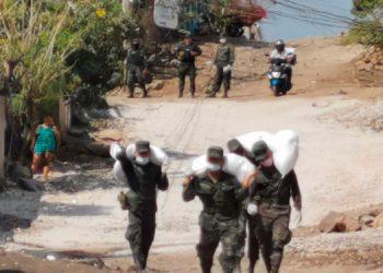 """Ayer los soldados llegaron con los Sacos Solidarios al """"lomo"""" a cinco colonias capitalinas."""