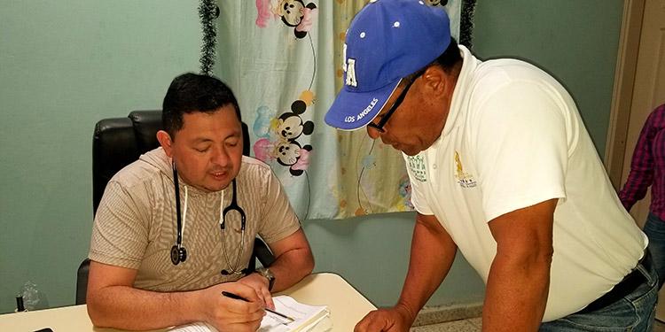 """Vecinos indicaron que el director del centro de salud """"Celín Discua"""", doctor Marvin Ordóñez, fue suspendido del cargo y lo mandan a trabajar """"de casa en casa""""."""