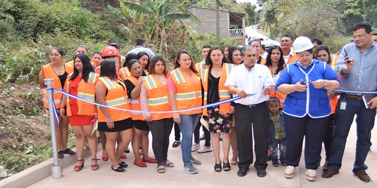 Capacitan a 24 mujeres en pavimentación de carreteras