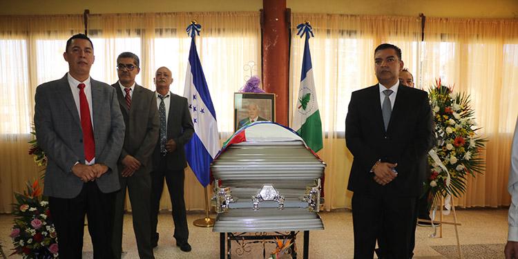 La corporación municipal que preside Juan Carlos Morales ofreció un homenaje póstumo al exalcalde Guillermo Martínez Suazo (foto inserta), quien deja una huella imborrable en Siguatepeque.