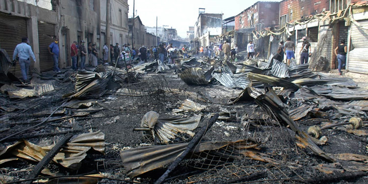 BATALLA. Como campo de batalla quedó la quinta de avenida de Comayagüela, donde el siniestro quemó más de 700 pequeños puestos de madera.