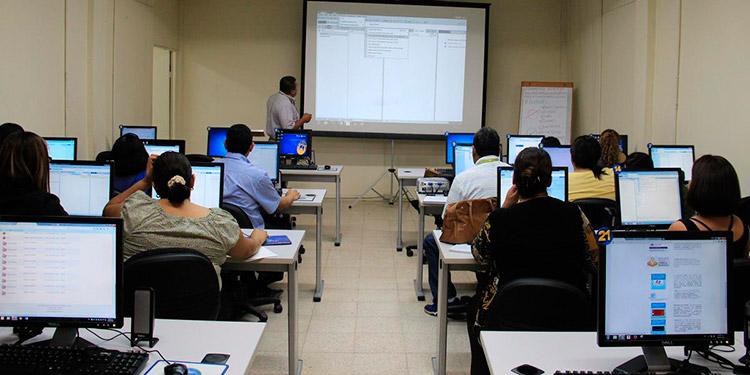 UNAH abre 10,000 aulas virtuales para continuar clases