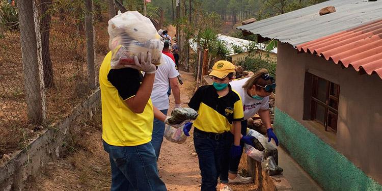 Los aficionados de la máquina del Real España brindan apoyo a las personas más necesitadas, al donarles alimentos.
