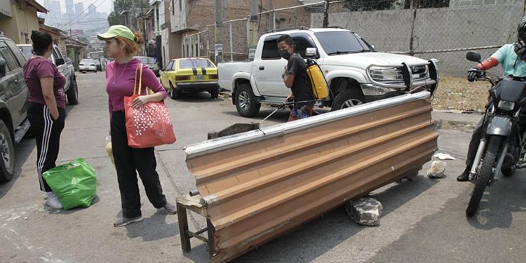 Vecinos cierran accesos a la Feria del Agricultor por temor al COVID-19