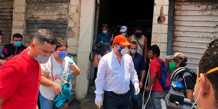La comisión encabezada por el diputado Reynaldo Ekónomo, fue enviada por el presidente del Congreso Nacional, Mauricio Oliva, para tomar nota de las necesidades de los vendedores afectados.