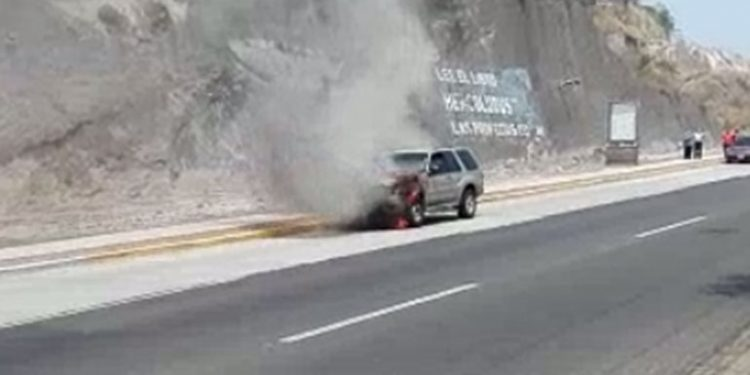 Carro toma fuego en carretera a Valle de Ángeles