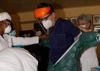 Se entregaron batas, guantes, lentes, protectores, mascarillas, y trajes.