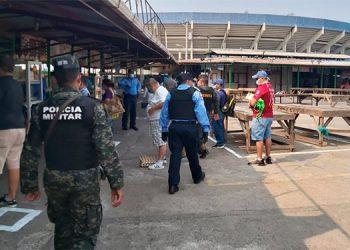 Policía Nacional y militares resguardan la Feria del Agricultor