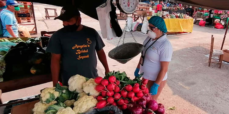 Autoridades verifican precios en la Feria del Agricultor