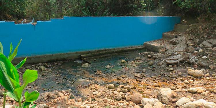 Algunas fuentes de agua van quedando como pedregales o criaderos de zancudos.