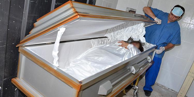 En algunas funerarias la fabricación de ataúdes se ha paralizado ante la falta de insumos para fabricar este producto.