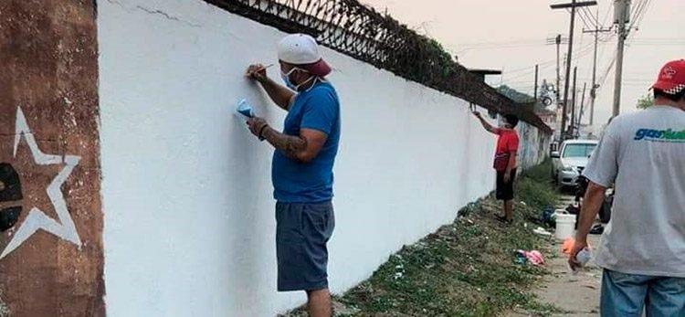 Artistas pintan ángeles por personal médico fallecido