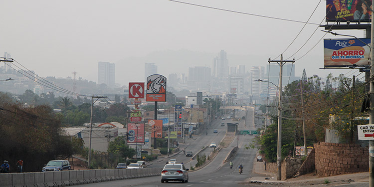 La capital está rodeada de humo debido a los constantes incendios forestales en la ciudad y municipios vecinos.