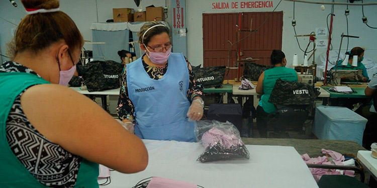 Las mascarillas elaboradas por la IMFFAA son reutilizables, ya que pueden ser lavadas cada cierto periodo de tiempo con detergente y cloro.