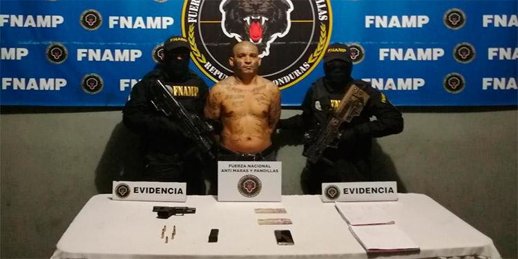 """Además de la pistola, a """"El Indio"""" le encontraron varios cartuchos de arma de fuego y dos libretas contables, en las cuales detallaba las extorsiones para la MS-13."""