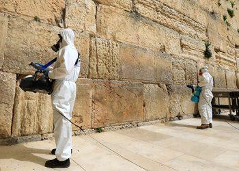 Un operario desinfecta el Muro de las Lamentaciones, en Jerusalén. Fotos: EFE y AFP