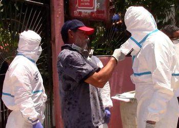 El cadáver de la doctora fue sacado y subido al vehículo familiar que lo trasladó hasta Tegucigalpa.