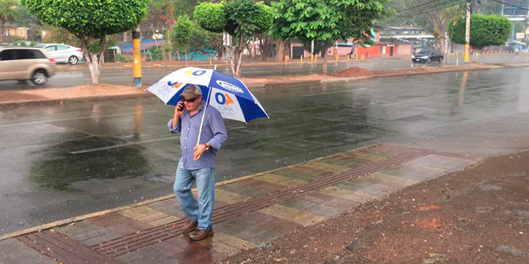 ¡Bendita lluvia! apaga incendios y quita el calor en la capital