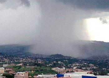 Las tormentas duraron varias horas en la mayoría de las zonas capitalinas, quitando la bruma que habían dejado los incendios.