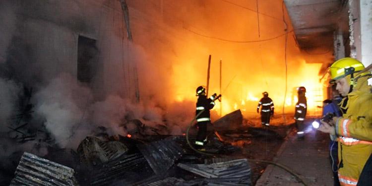 Por tres horas consecutivas, el Cuerpo de Bomberos estuvo combatiendo el voraz e infernal incendio, para que no se propagase a los demás mercados capitalinos.