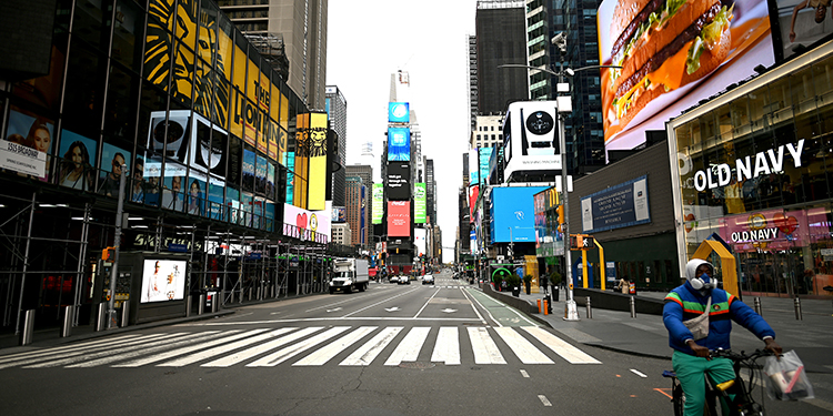 Nueva York reimpone restricciones a los restaurantes y limita las reuniones