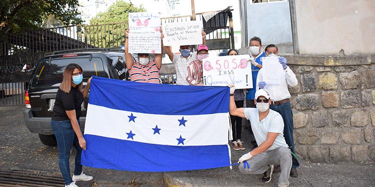Los pacientes protestaron frente a la entrada vehicular del IHSS del barrio La Granja.