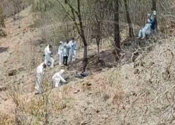 Los agentes cuidaban la escena donde se encontraba el cadáver de un hombre desconocido.