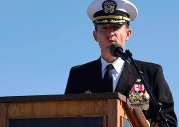 Capitán destituido de portaviones de EEUU afectado por coronavirus es alabado como un héroe