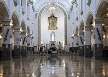 Los templos católicos del mundo estuvieron vacíos debido al COVID-19 durante este domingo. Foto: AFP