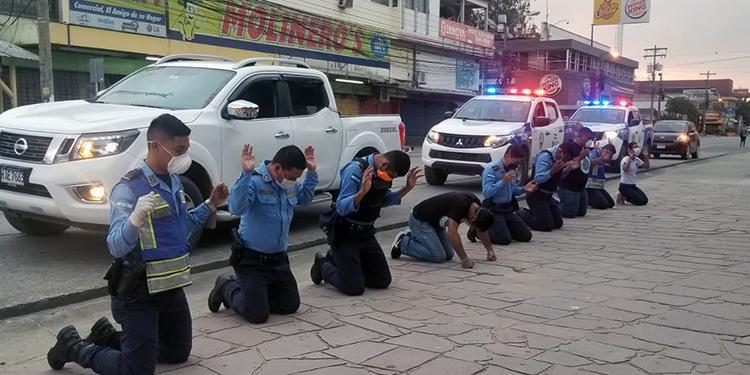 Policías renuevan su fe ante la emergencia por COVID-19 en Honduras (Vídeo)